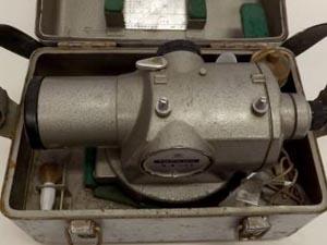 倉庫で眠っている 測量機器